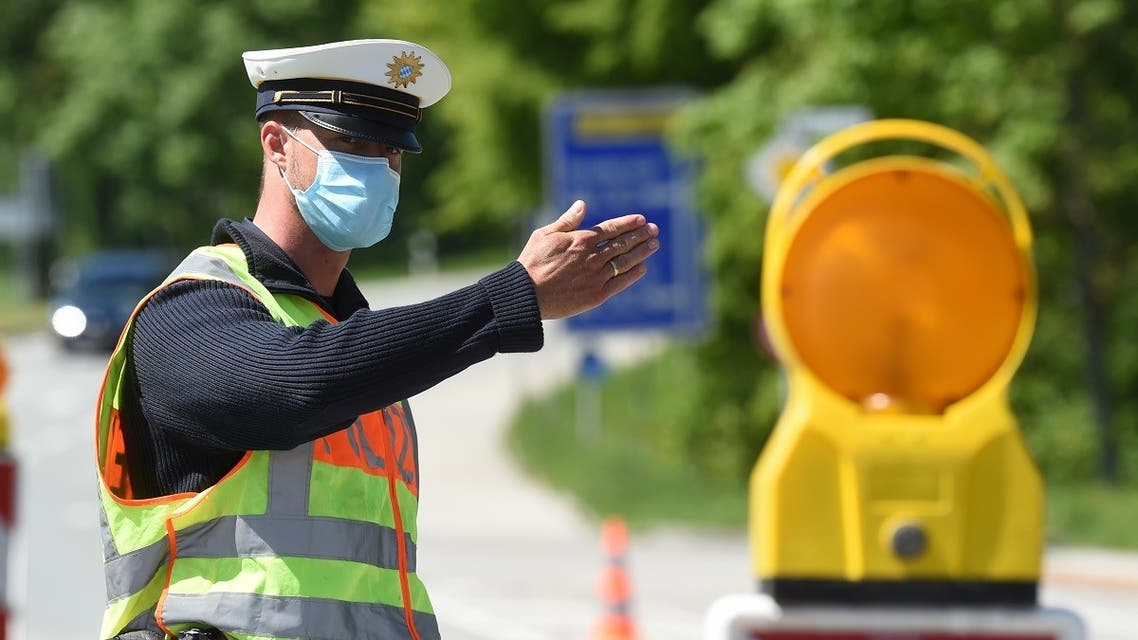 A German police officer wearing a protective mask during a car control at the border crossing between Austria and Germany, near the German village of Oberaudorf. (File photo: AFP)