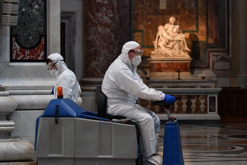 عمليات تعقيم وتطهير داخل الكاتدرائية الشهيرة