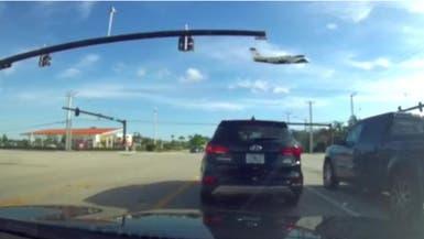 """فيديو مرعب لطائرة اصطدمت بـ""""الكهرباء"""".. وتحطمت"""