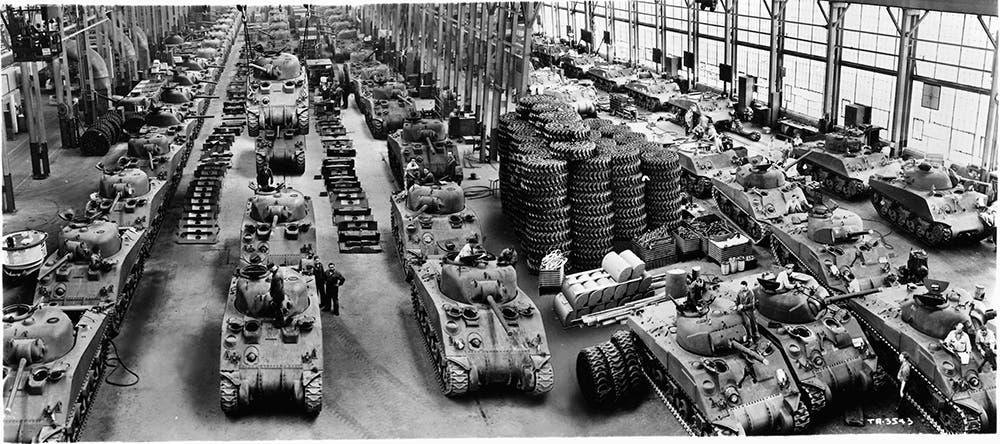 صورة لأحد مصانع دبابات شيرمان بالحرب العالمية الثانية
