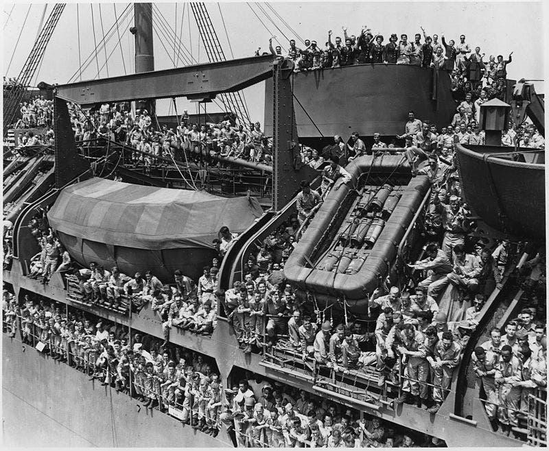 صورة لجنود أميركيين عائدين لوطنهم في أغسطس 1945