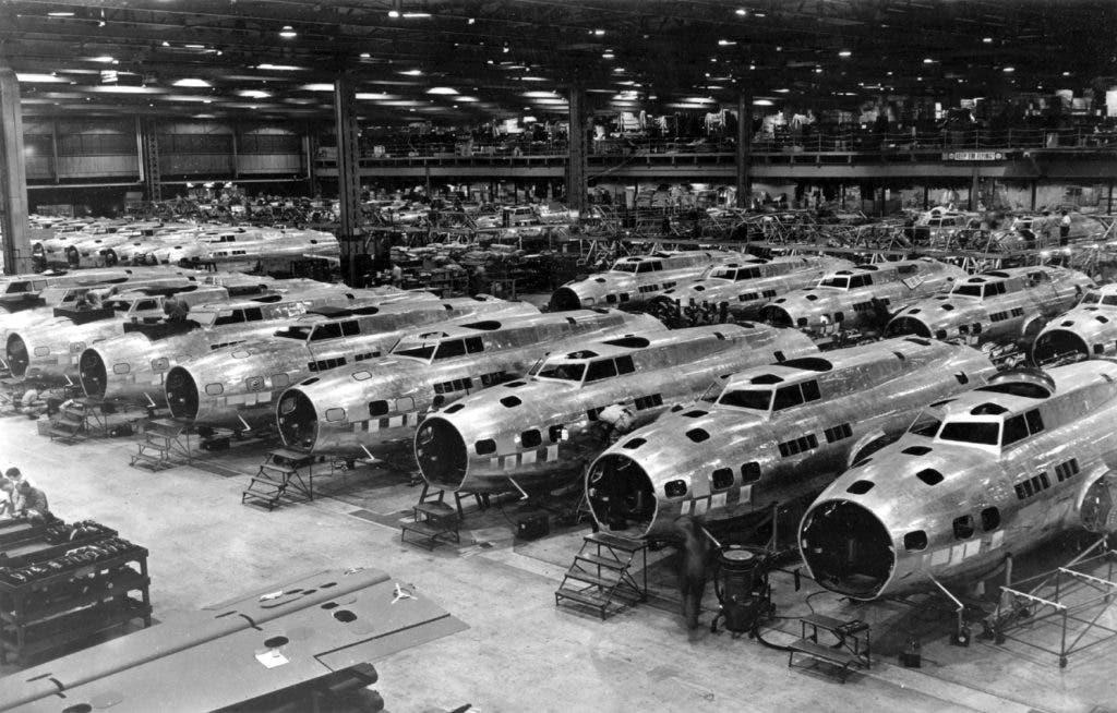صورة لأحد مصانع قاذفات القنابل بالحرب العالمية الثانية