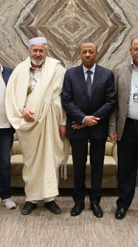 القتيل مع رئيس الحكومة المؤقتة عبدالله الثني
