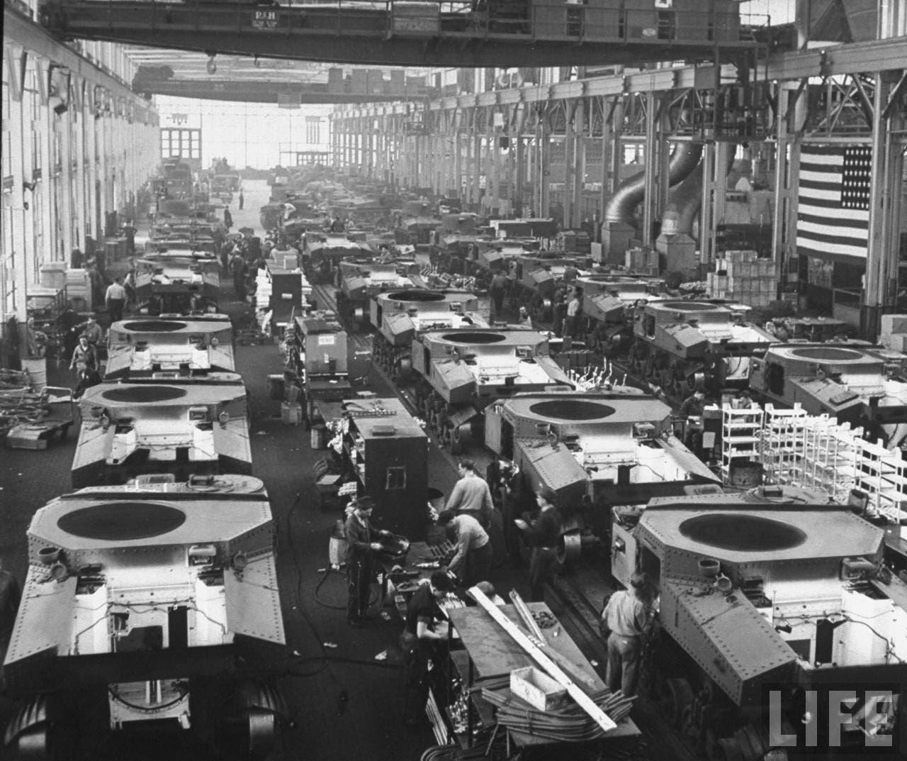 صورة لأحد مصانع الدبابات الأميركية بالحرب العالمية الثانية