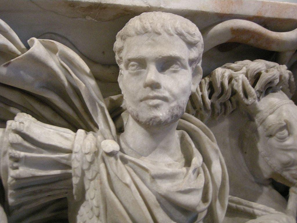 تمثال يجسد الإمبراطور هوستيليان