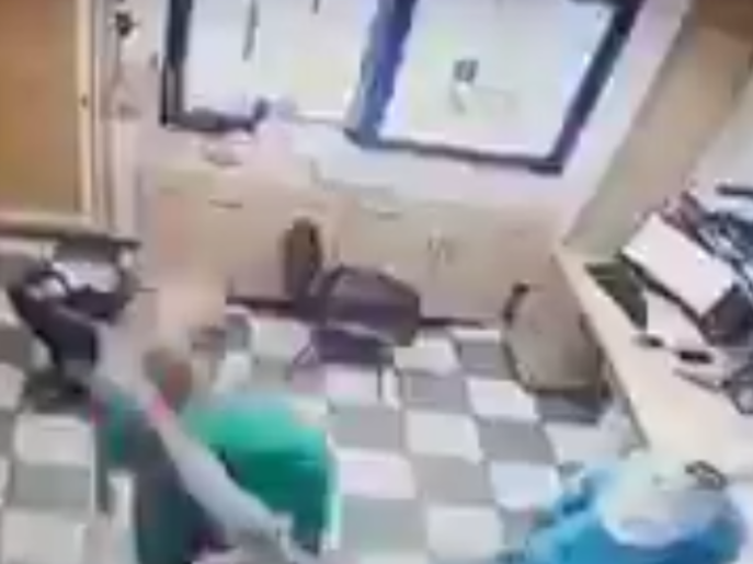 ضجة في لبنان.. قوات من الجيش تعتدي على طبيب يؤدي عمله!