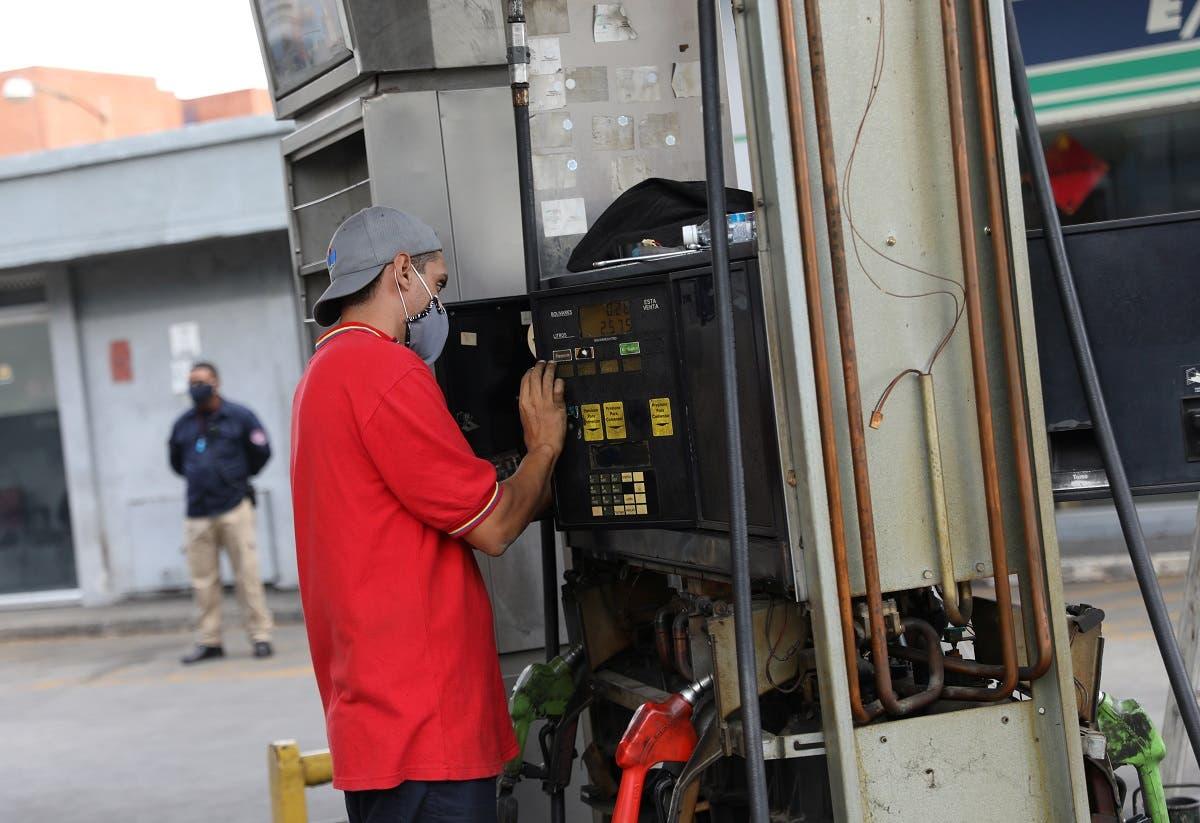 A worker fixes a fuel dispenser machine at a gas station Caracas, Venezuela April 23, 2020. Picture taken April 23, 2020. (Reuters)