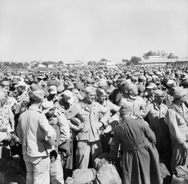 صورة لجنود أسرى ايطاليين وألمان عقب سقوط تونس في قبضة الحلفاء