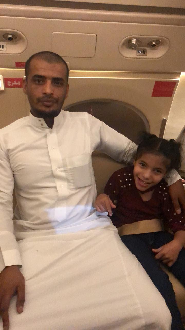 المواطن مع ابنته في الإخلاء الطبي