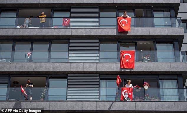 العلم التركي على الشرفات