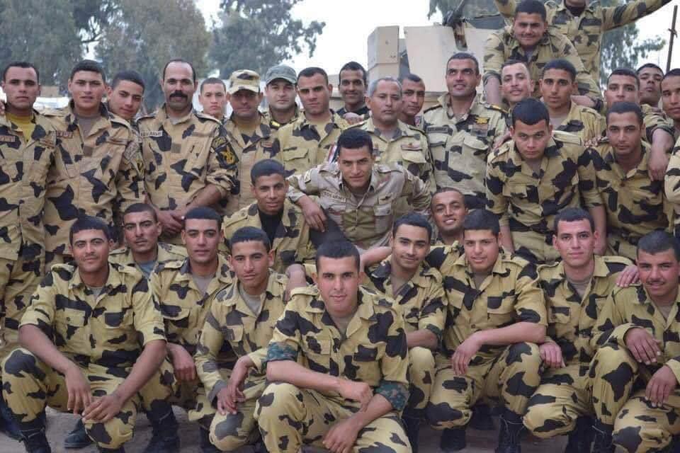 أحمد منسي رفقة أفراد الكتيبة