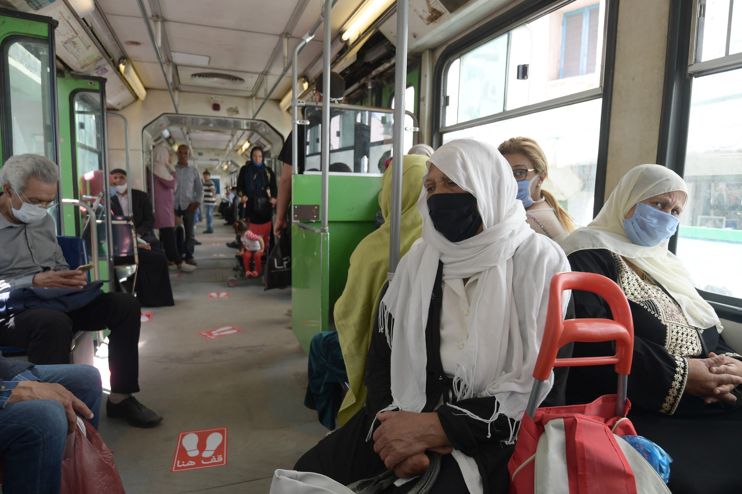 ركاب المواصلات العامة في تونس يلتزمون بلبس الكمامات