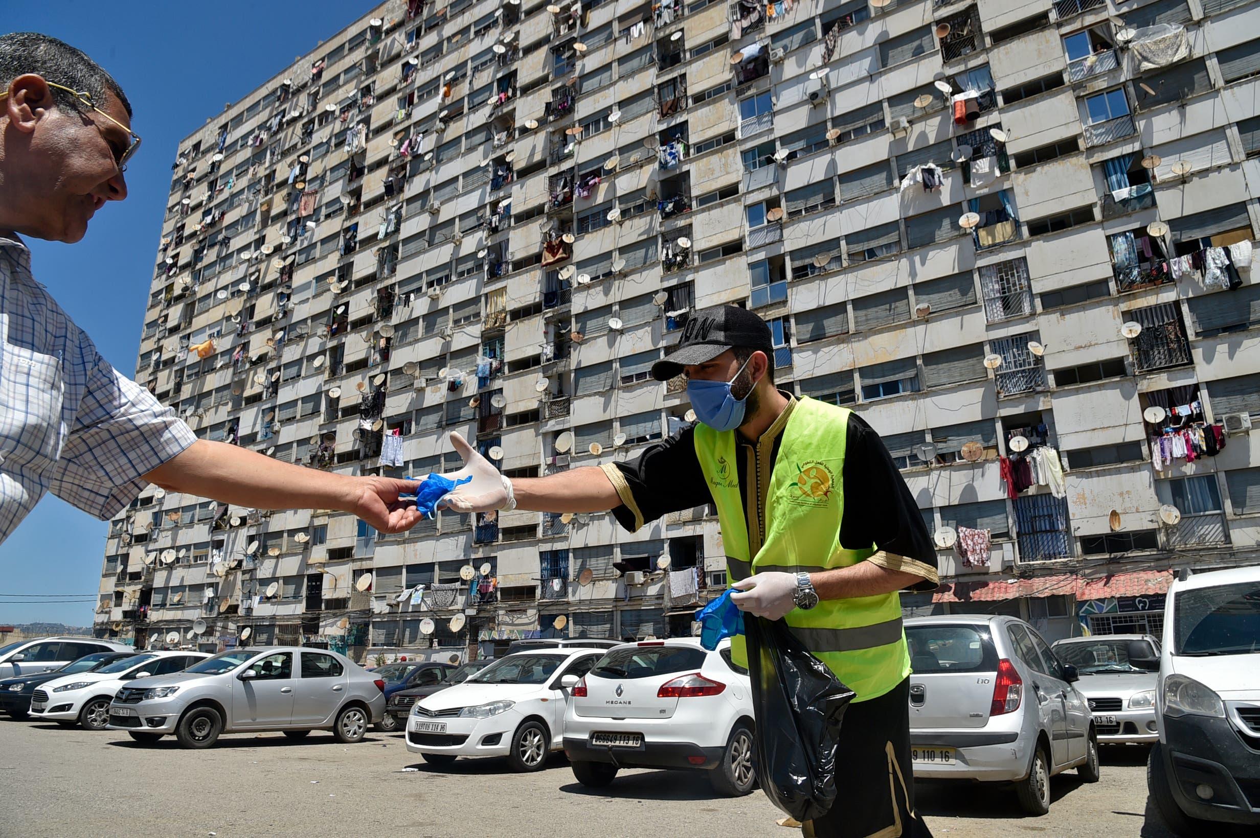 توزيع كمامات في العاصمة الجزائرية للوقاية من كورونا