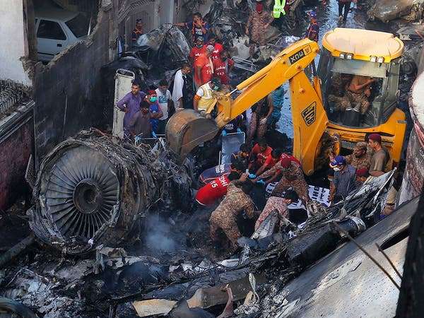 شاهد الصور المأساوية لسقوط الطائرة الباكستانية بحي سكني