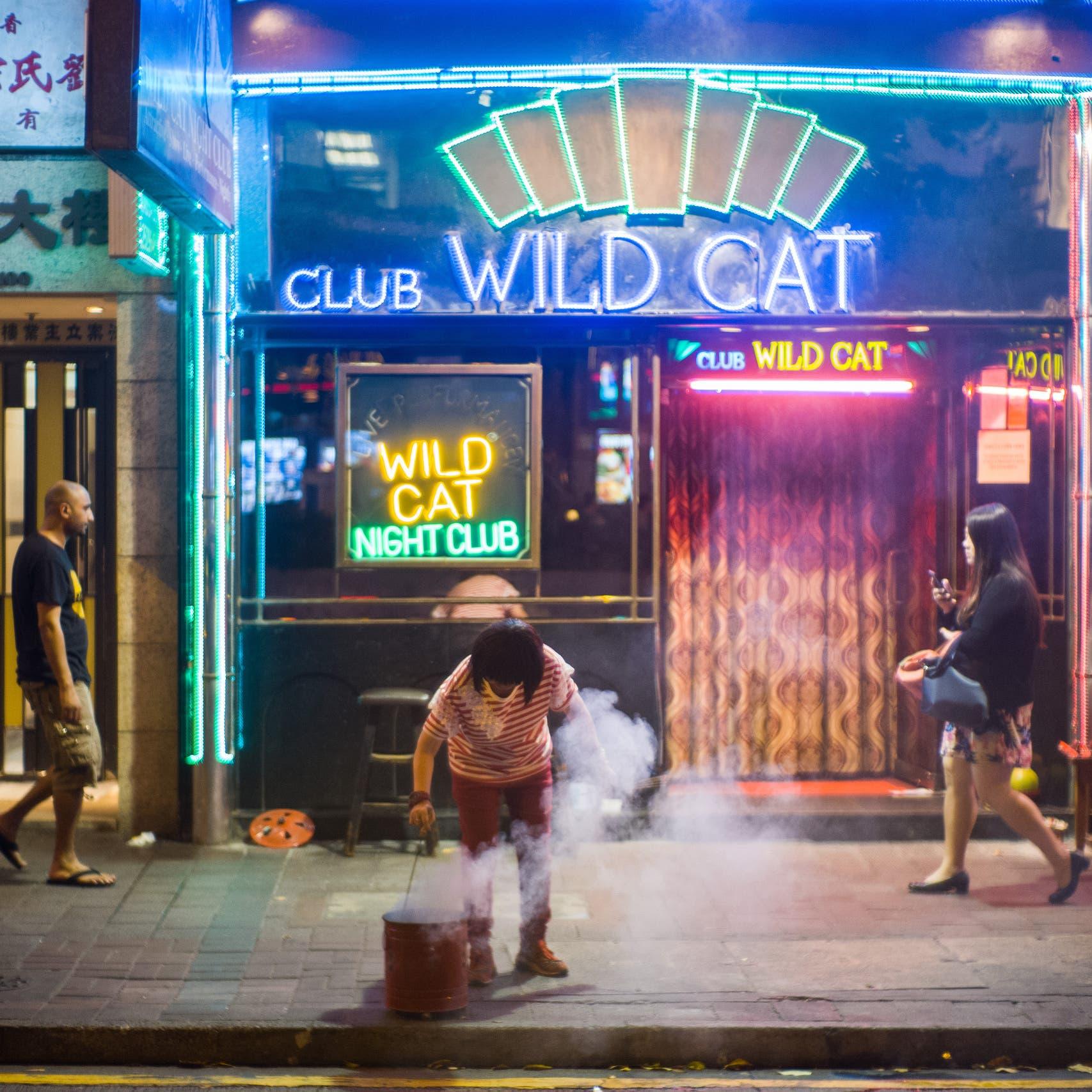 رقص مع المطهرات.. الملاهي الليلية تعود لنشاطها بالصين