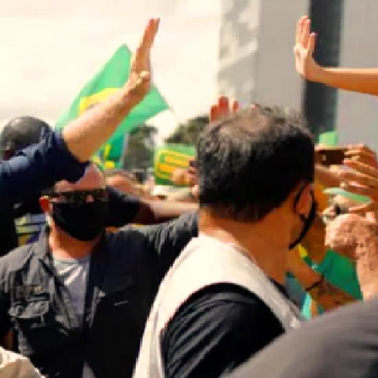 شاهد رئيس البرازيل يخلع الكمامة ويستخف بكورونا مجدداً