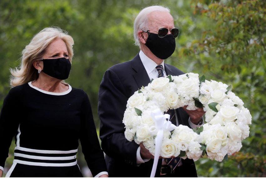 جو بايدن وزوجته بالقناع الأسود