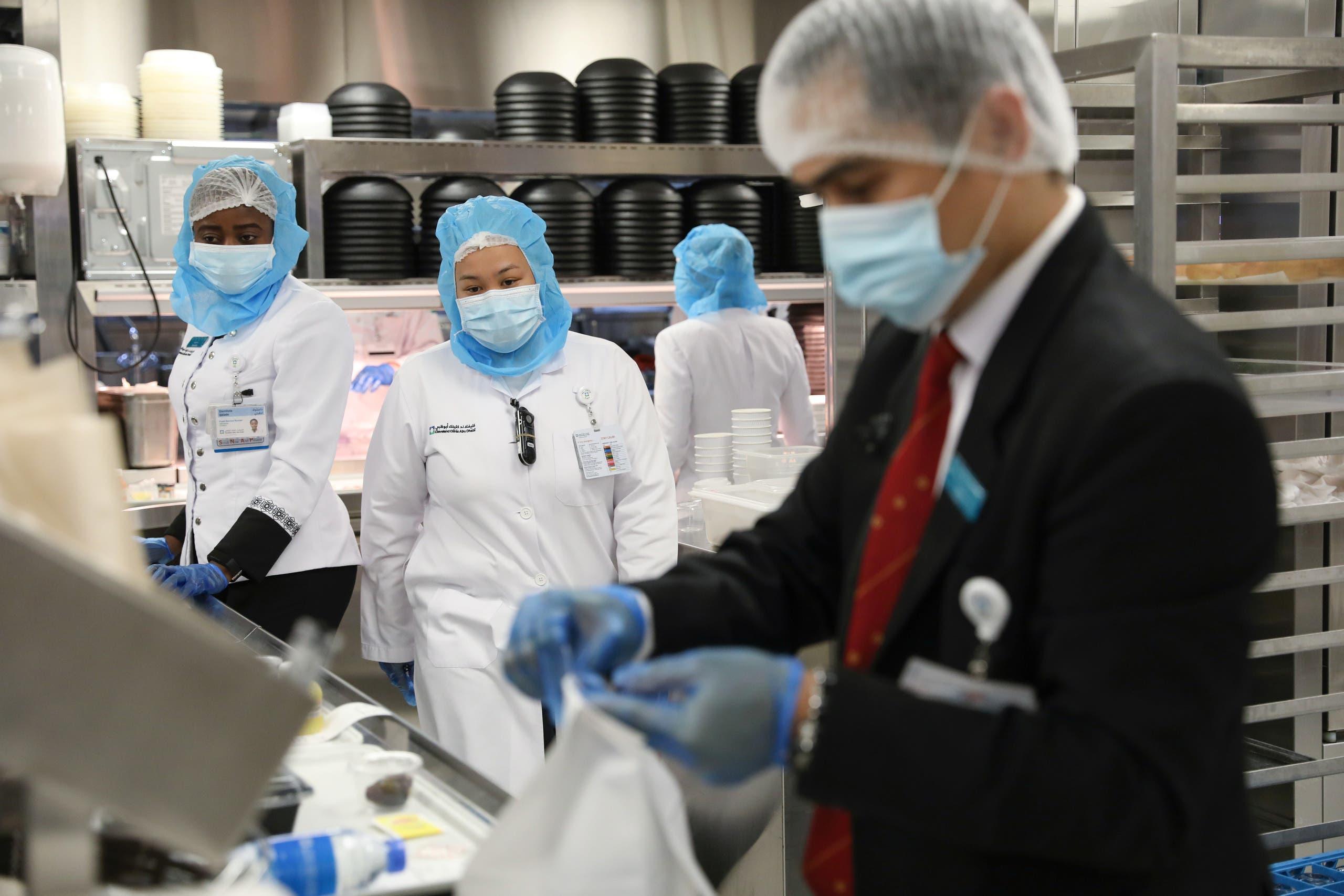 موظفون في مستشفى بأبوظبي يعدون الطعام لمرضى كورونا