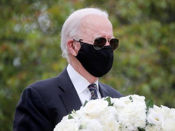 بعد أسابيع من الاختفاء.. بايدن يظهر مرتدياً القناع الأسود