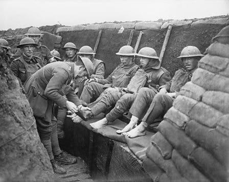 جنود بريطانيون بأحد الخنادق على الجبهة الغربية