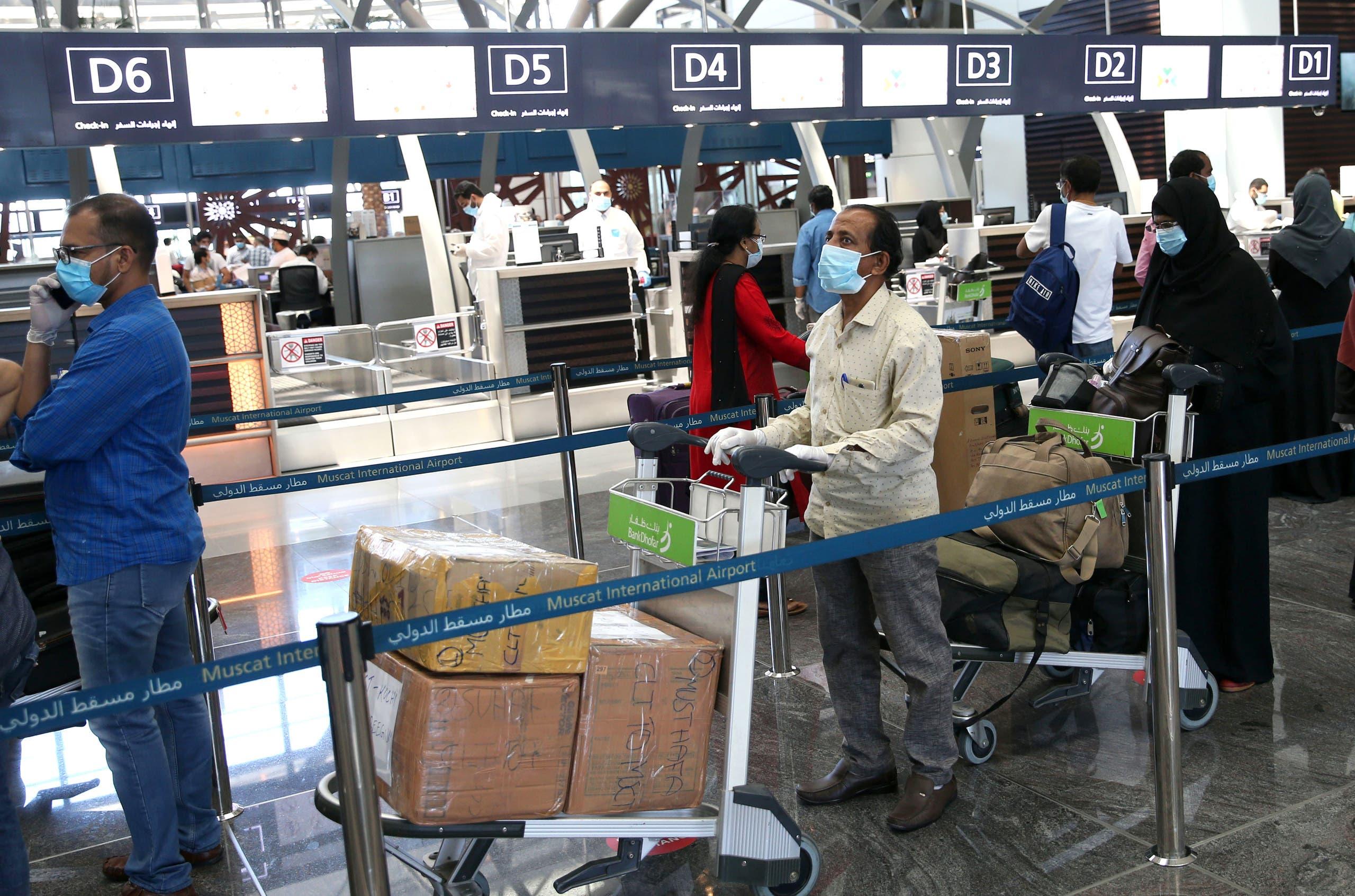 إجلاء مواطنين هنود لبلادهم من مطار مسقط بسبب فيروس كورونا