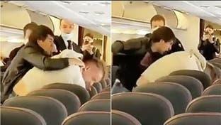 شاهد عراكا وتضاربا على طائرة.. والسبب كورونا