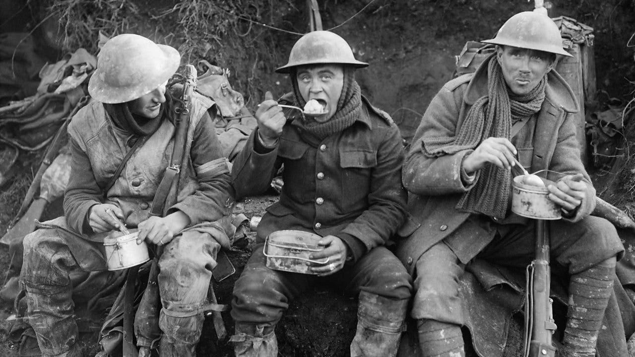 جنود بريطانيون أثناء تناولهم للطعام بالخنادق