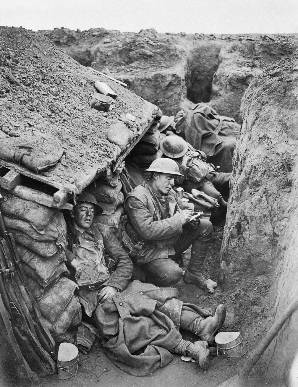 صورة لجنود بريطانيين بالخنادق