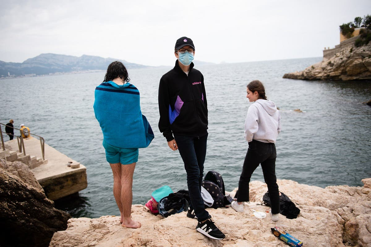 "Youths gather at the ""Maldorme"" cove rocks in Marseille, southeastern France, on May 16, 2020. (AFP)"