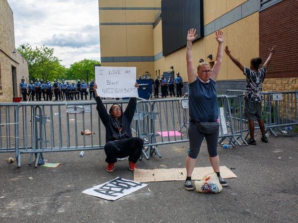 بعد فيديو الخنق بالقدم.. سلب ونهب باحتجاجات في أميركا