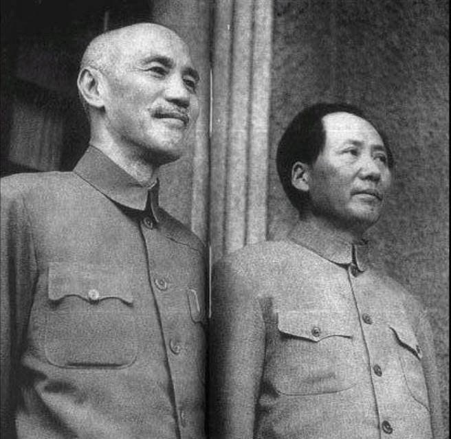صورة تجمع بين ماو تسي تونغ وشيانغ كاي شيك عام 1945