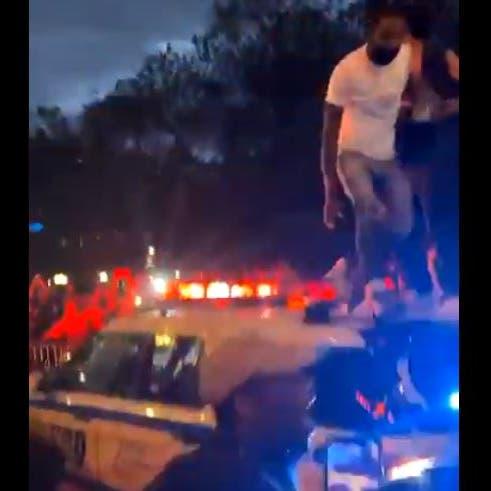 فيديو.. حرق وتدمير سيارات رجال الشرطة باحتجاجات أميركا