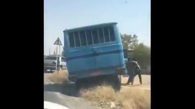 إيران.. مسلحون يوقفون حافلة تقل سجناء ويهربونهم