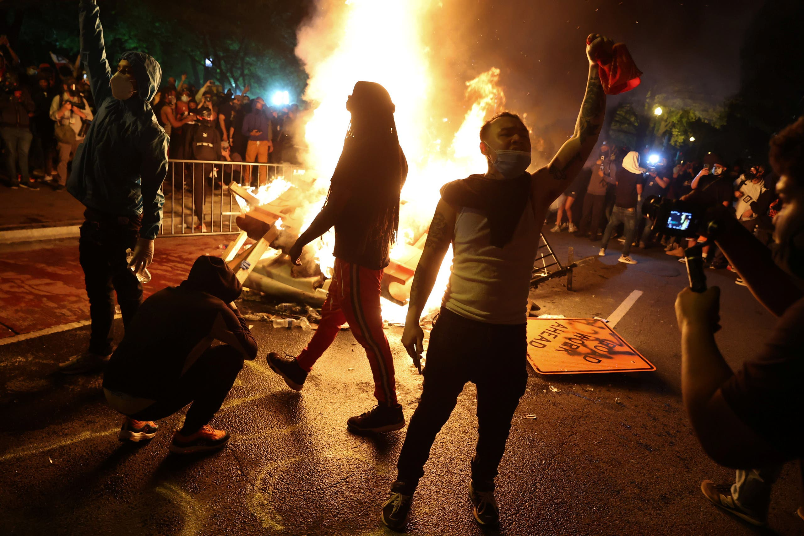 Protesters rally around a bonfire in the midst of protests against the death in Minneapolis police custody of George Floyd near the White House in Washington, U.S. May 31, 2020. (Reuters)