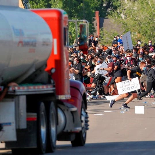 شاهد سائقا ينقضّ بالصهريج على مئات المحتجين الأميركيين