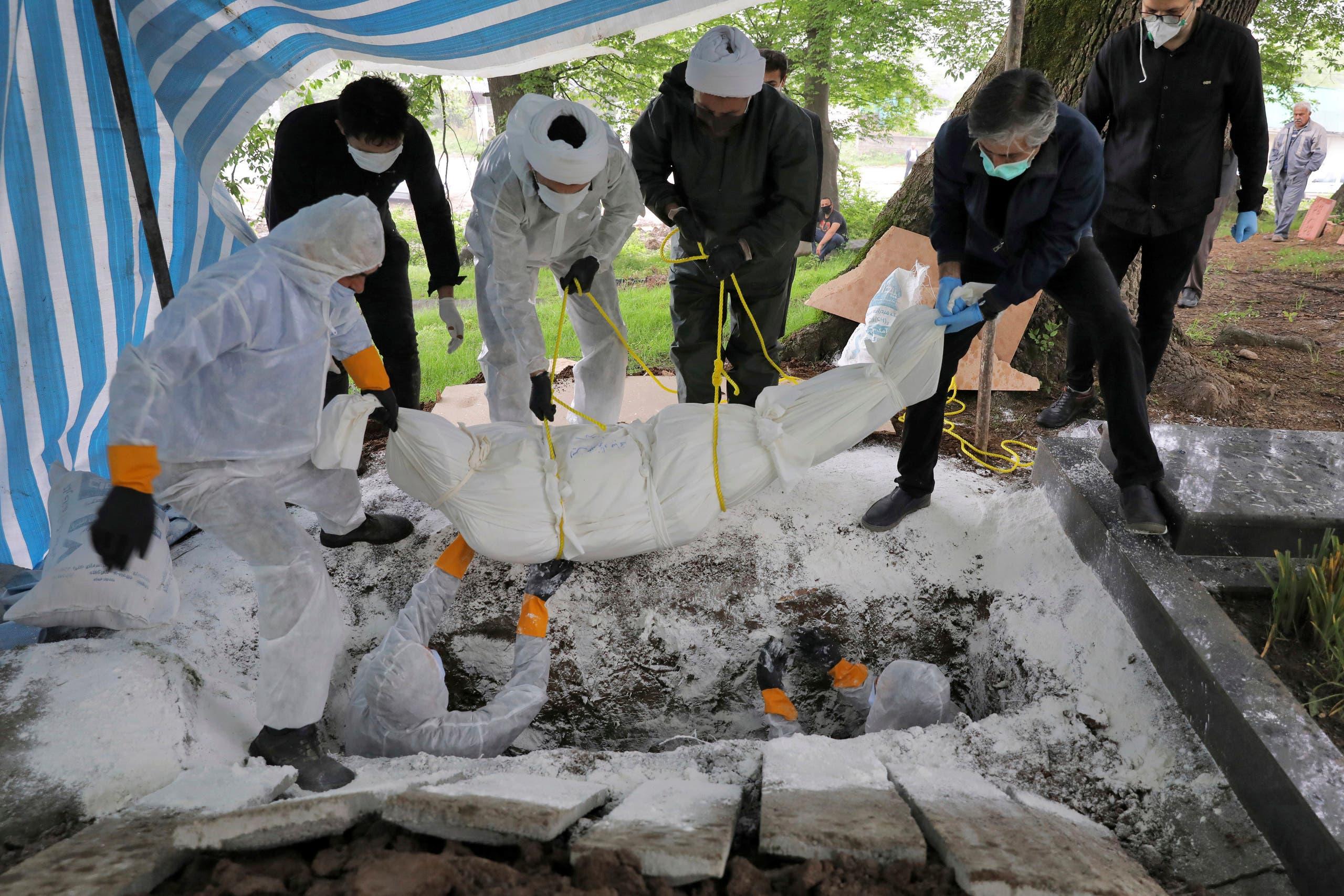دفن أحد ضحايا فيروس كورونا في إيران