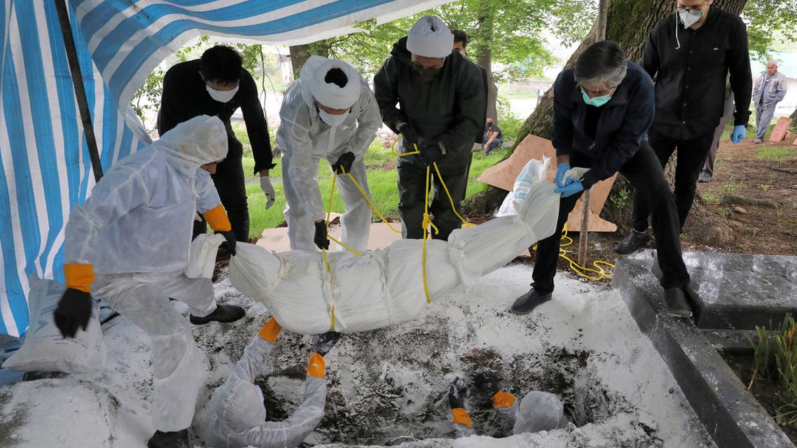 دفن أحد ضحايا فيروس كورونا في إيران - اسوشيتد برس