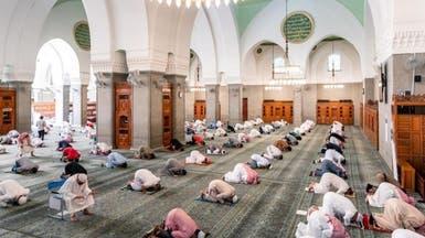 بالصور.. تطبيق التباعد بين المصلين في أول مسجد بالإسلام