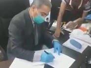 فيديو.. اقتحموا مكتب مسؤول عراقي وأجبروه على الاستقالة
