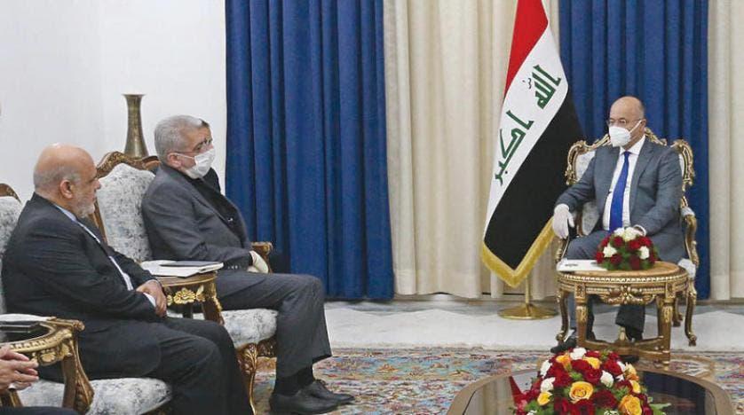 الرئيس العراقي لدى استقباله الوفد الإيراني في بغداد أمس )