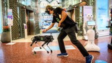 """""""كلب آلي"""" يساعد المتبضعين في تايلاند على تعقيم أيديهم"""