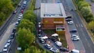 طوابير سيارات وشوارع مغلقة للحصول على وجبة في بريطانيا