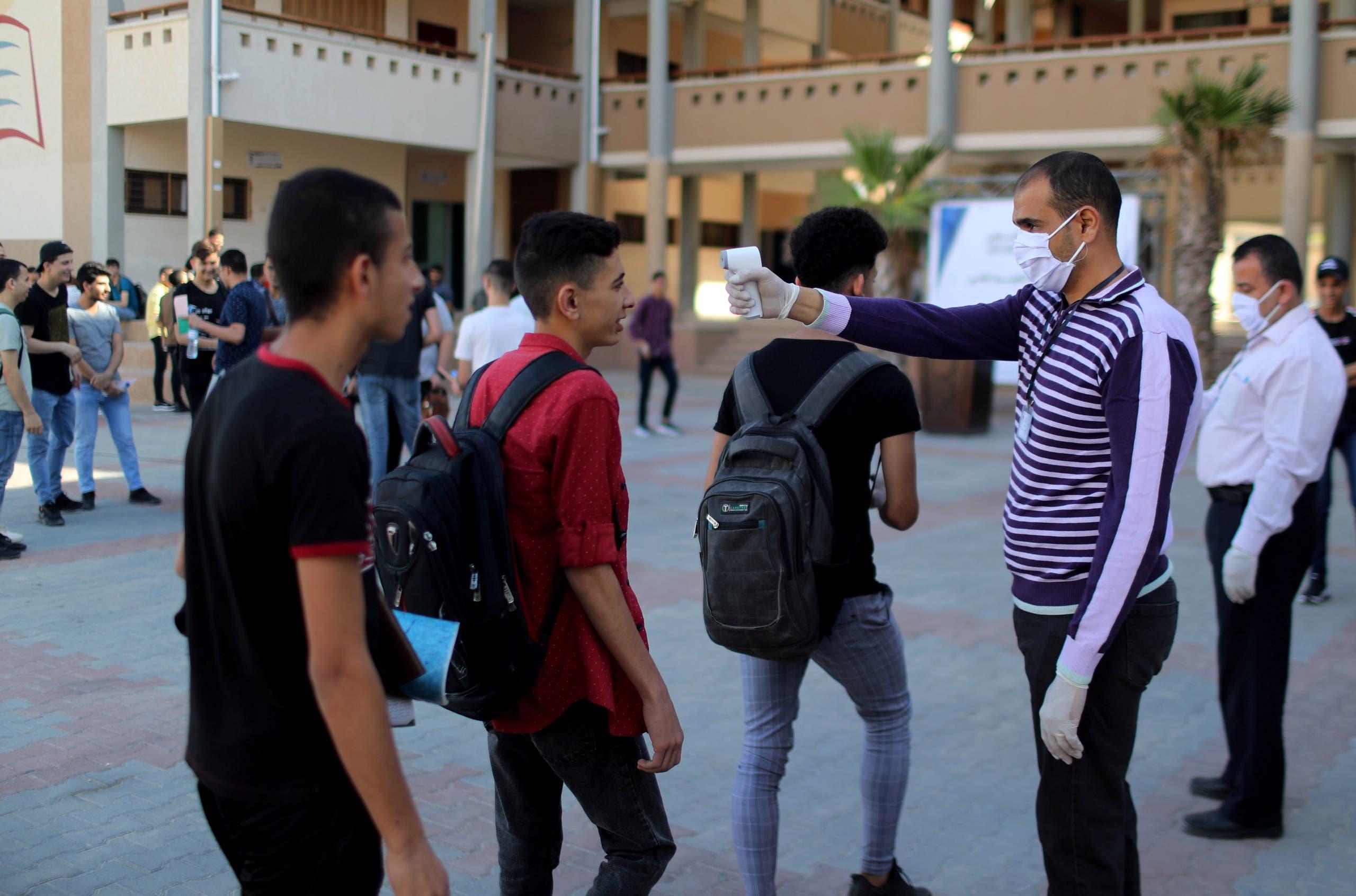 قياس حرارة الطلاب في إحدى مدارس غزة