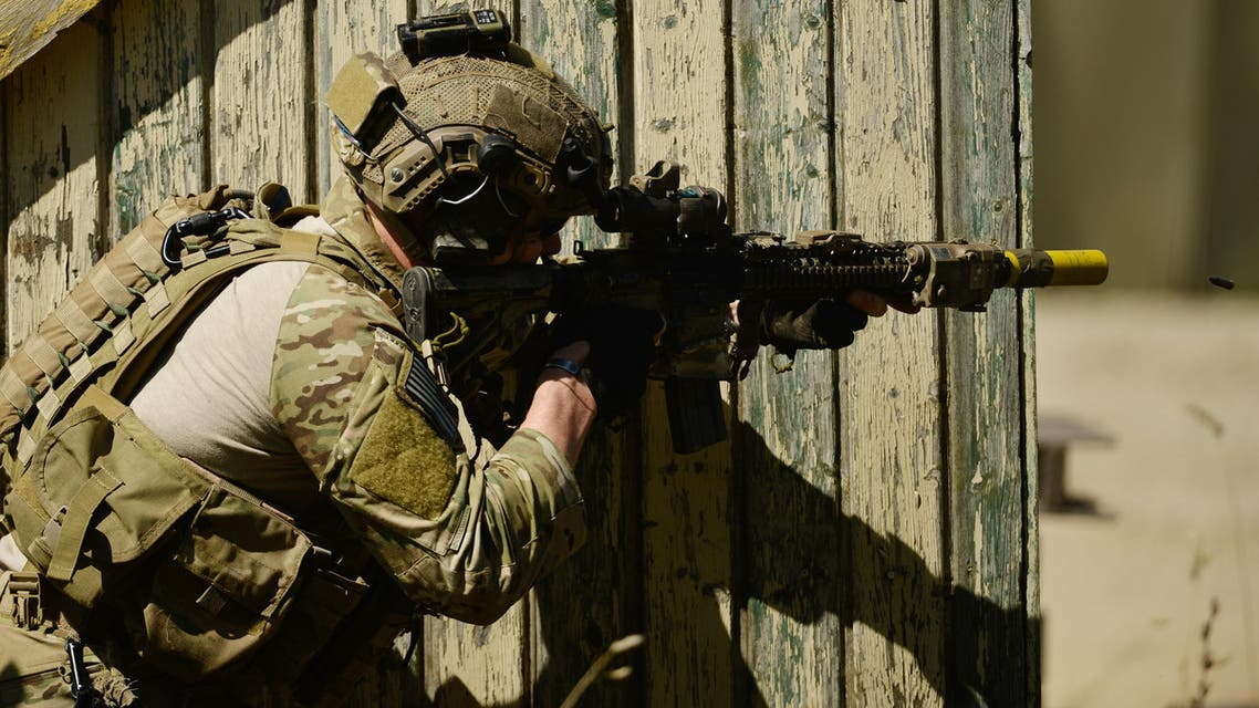 An american special forces soldier fires his weapon during the Swift Response airborne training exercise in Hohenfels, southern Germany on August 26, 2015. Some 5,000 soldiers from 11 NATO nations participate in simultaneous multinational airborne operations across Germany, Italy, Bulgaria and Romania. AFP PHOTO / PHILIPP GUELLAND