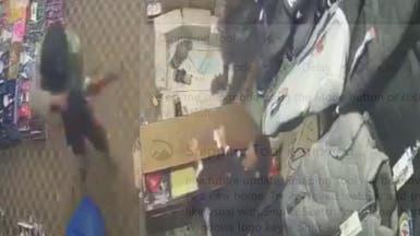 صنعاء.. شاهد مشرف حوثي ينهب أموال محل تجاري بقوة السلاح