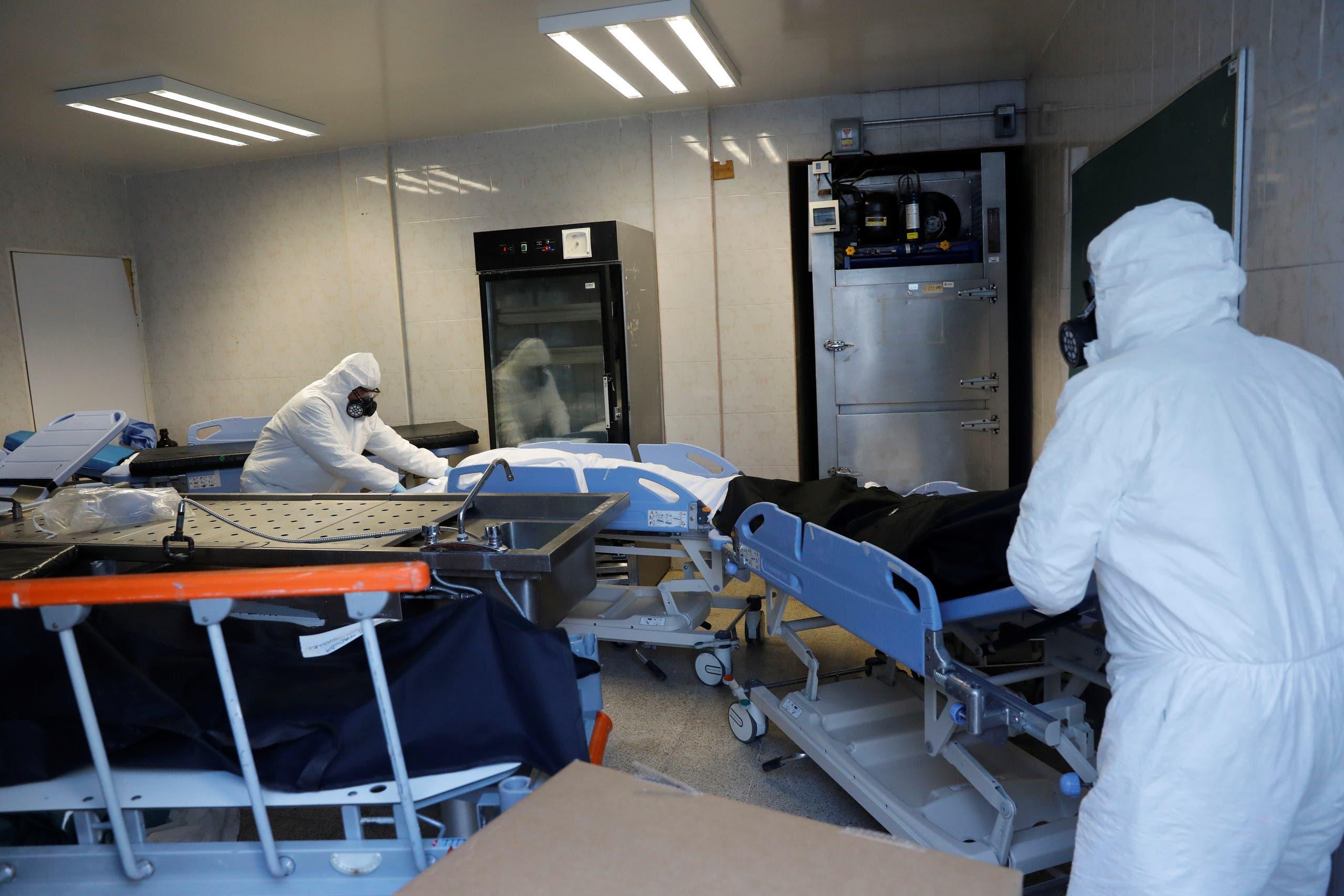 جثة احد المتوفين يكورونا في مستشفى بالمكسيك