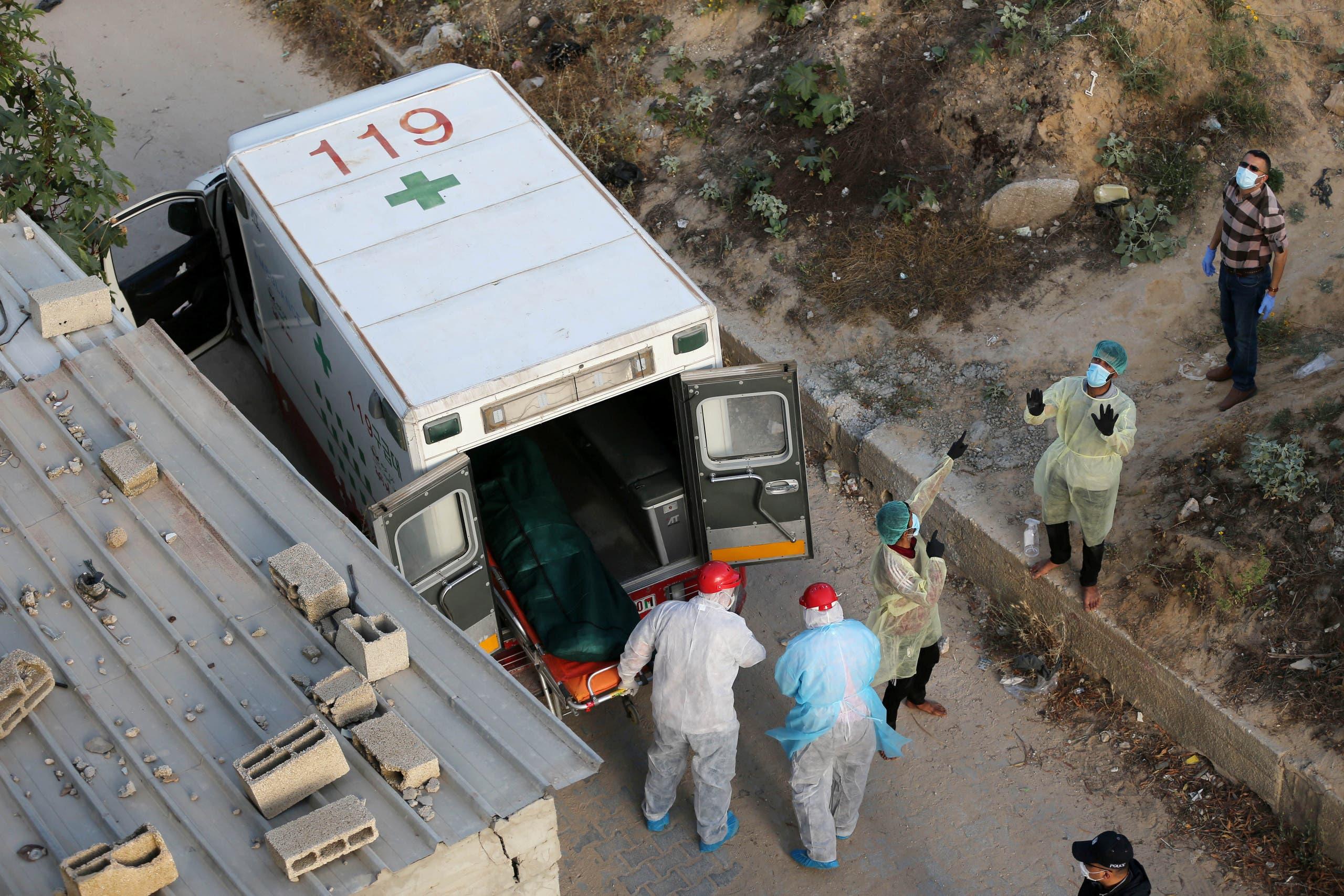 دفن أحد المتوفين بكورونا في غزة
