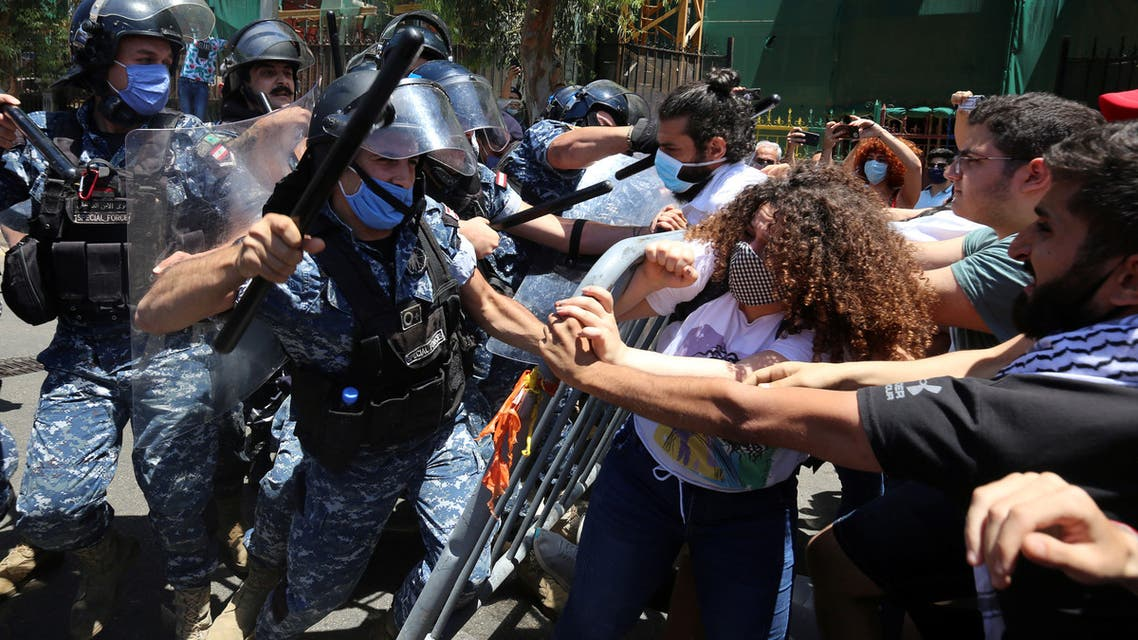 Demonstrators confront with riot police as they try to cross barricades on a road leading to a parliament session in, Beirut on May 28, 2020. (File photo: Reuters)
