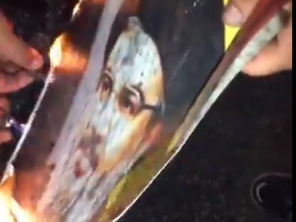 غاضبون يحرقون صور حزب الله.. وشبح الطائفية يتنقل ببيروت