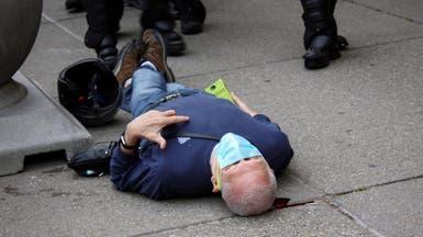 دفعا مسنا أرضا وسال الدم من رأسه.. جديد شرطيين أميركيين